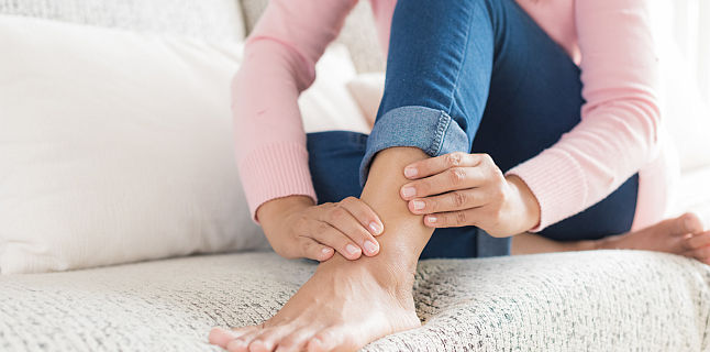 din cauza umflarea articulației picioarelor