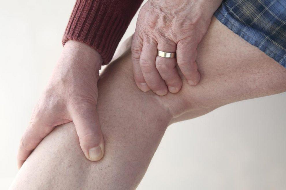 de ce se genunchează genunchii când ghemuiesc