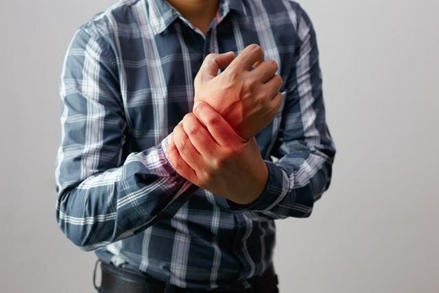 după cum se evidențiază prin dureri articulare