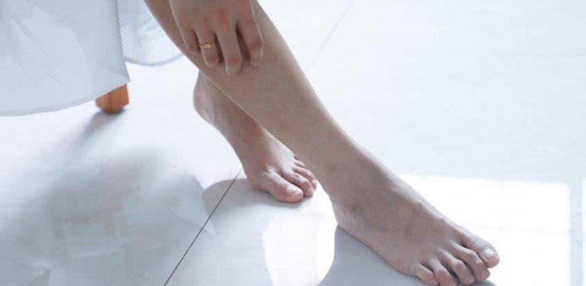 din cauza umflarea articulației picioarelor)