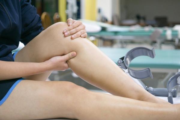 atrăgând durere în spatele genunchiului