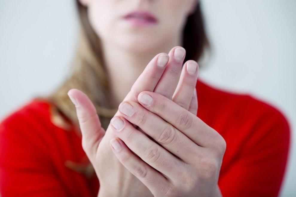 mâinile umflate și dureri)