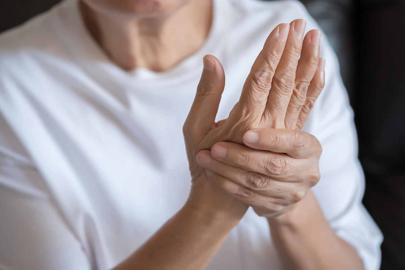 deteriorarea articulației încheieturii și degetelor)