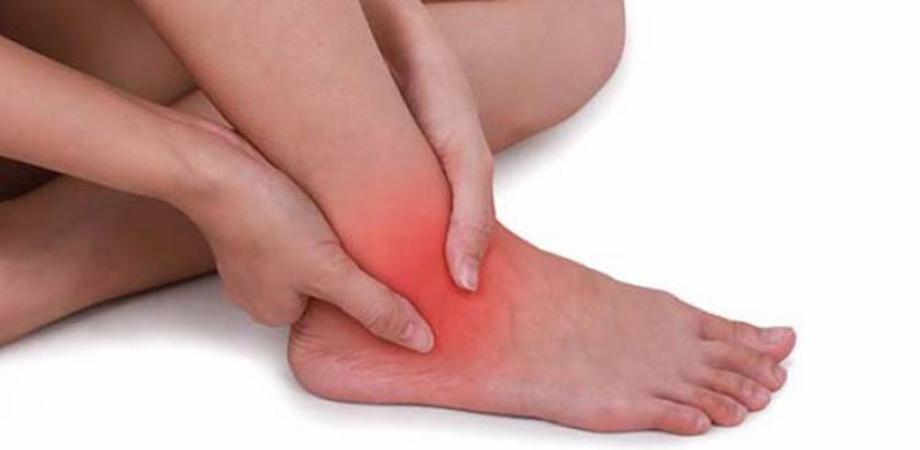 durere și umflare în articulațiile gleznei)