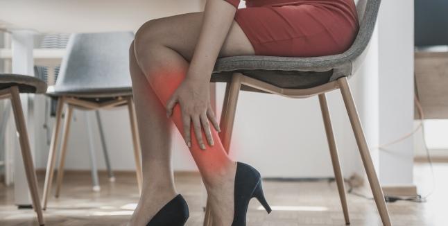 Picioarele Inferioare Rănite Când Stau Jos