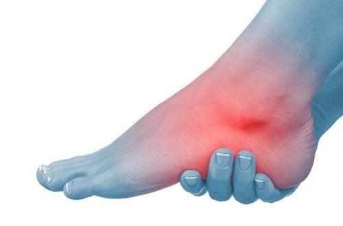 piciorul în articulație este umflat și dureros)
